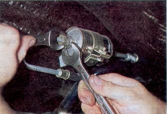 Откручиваем старый фильтр с помощью ключа на 14Откручиваем старый фильтр с помощью ключа на 14
