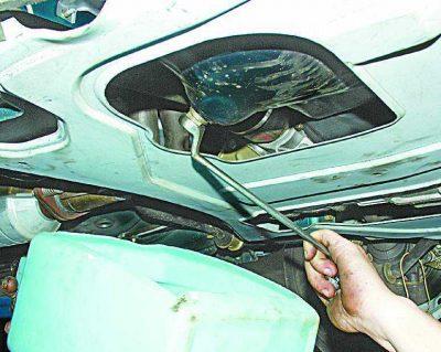Слив масла на автомобиле Ваз 2110