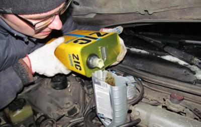 Заливаем масла в двигатель Camry