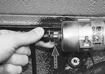 осторожно нажмите на пружинный фиксатор